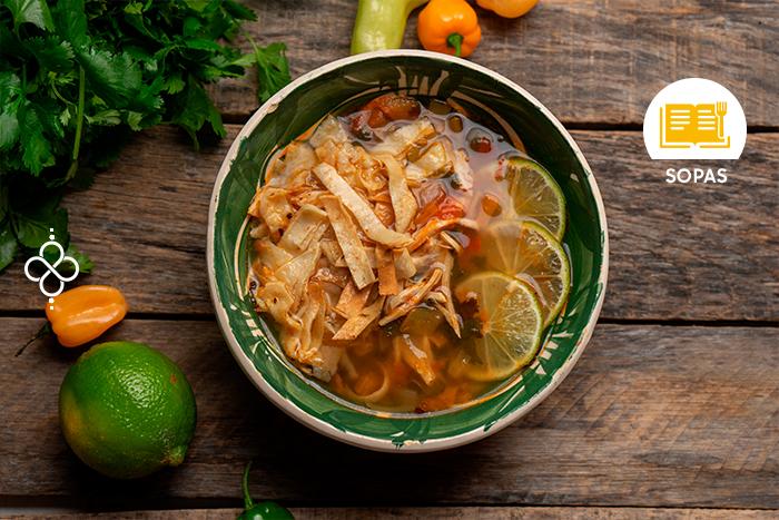 Prepara una sopa de lima yucateca